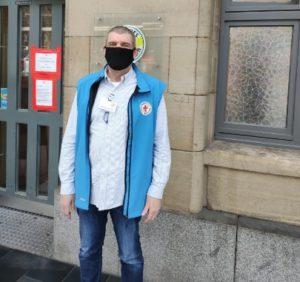 Mitarbeiter der Bahnhofsmission Frankfurt mit Maske